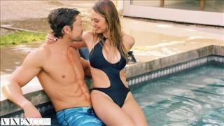 Piękna modelka ciągnie kutasa w basenie