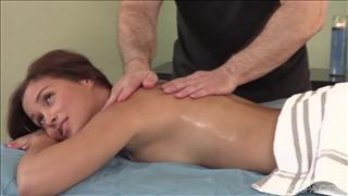 Ta brunetka lubi masażyk