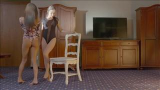 Dwie urocze lesby ujeżdżają siebie na krześle